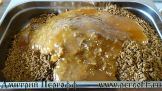 Молотая перга заливается медом